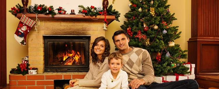 photodune-9004288-family-near-fireplace-in-christmas-decorated-house-interior-s